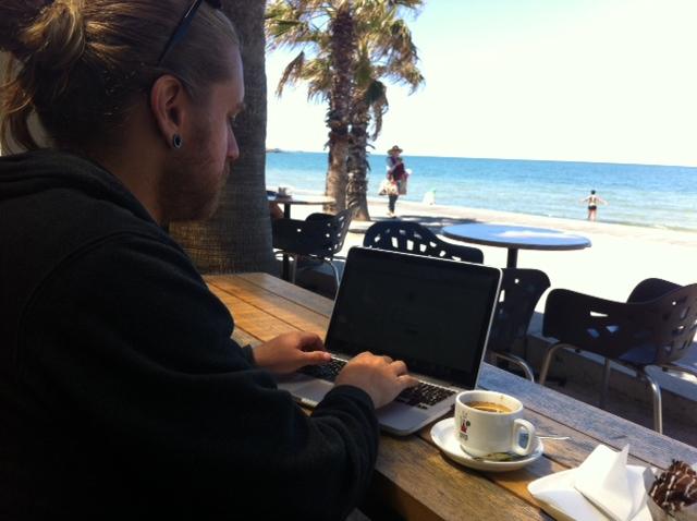 JP trabajando para Chile desde la comodidad del Boardwalk cafe en St Kilda ¡Que estresante!